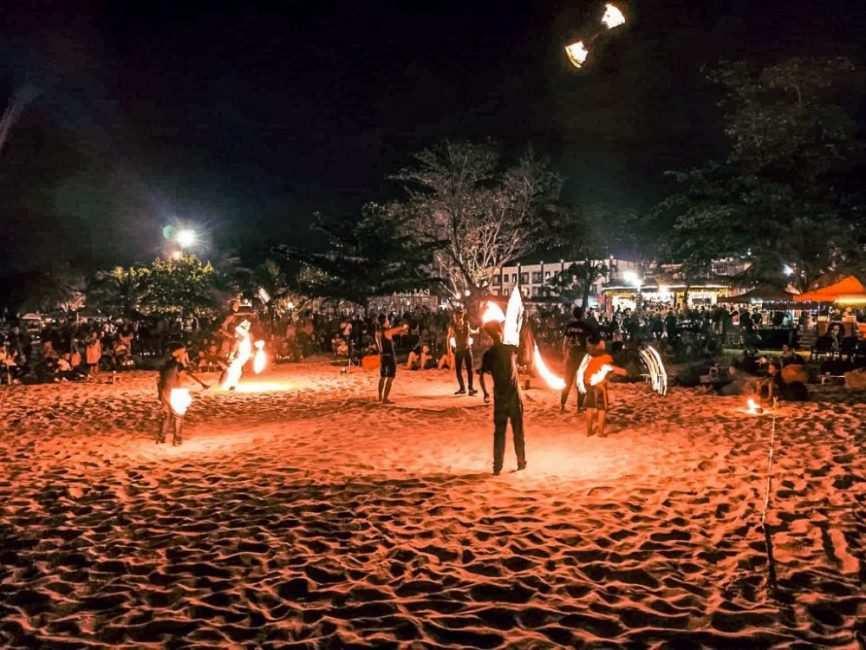 Malabares de fuego en Pantai Cenang de noche